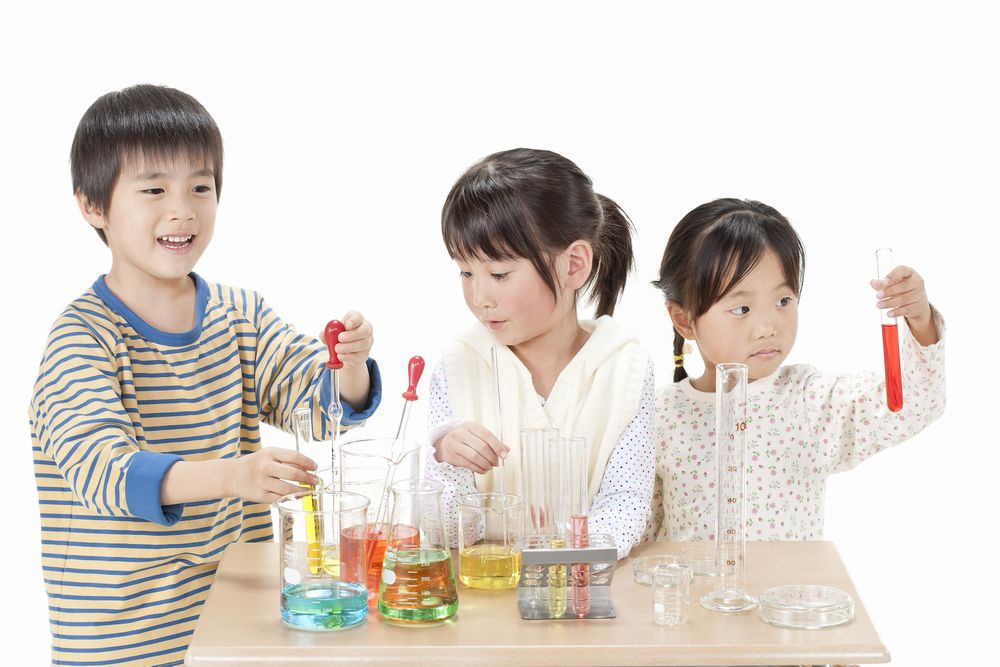 実験する子供