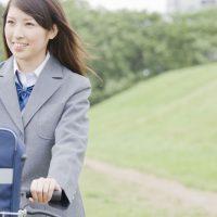 自転車に乗る女子高生