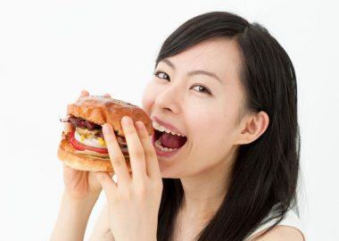 食事をする女性