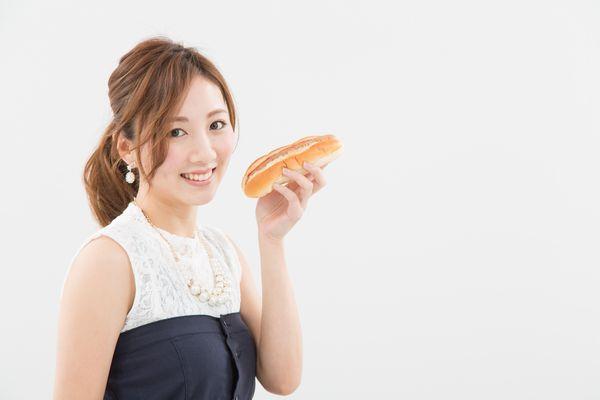 パンをもつ女性