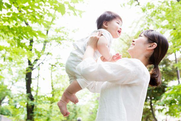 子供を抱きあげる女性
