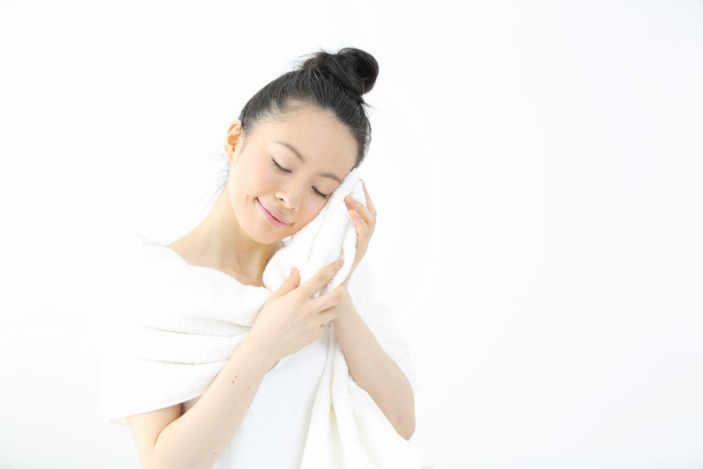 顔を拭く女性