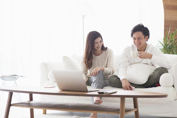 パソコンを見つめるカップル