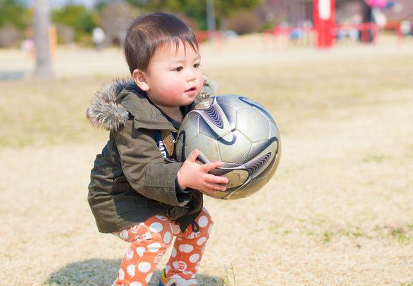 ボールで遊ぶ子供