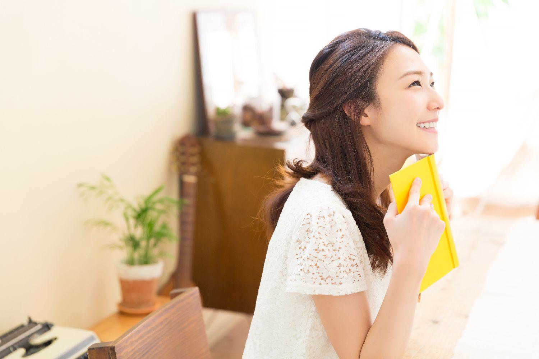 女性 本 笑顔